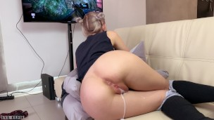 Stepsister gets a cream pie and facial while playing a game – pornhjb sex